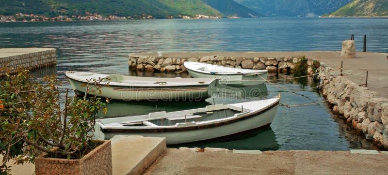 Τρία αλιευτικά σκάφη που δένονται στη μικρή αποβάθρα στον κόλπο, Μαυροβούνιο στοκ φωτογραφία με δικαίωμα ελεύθερης χρήσης