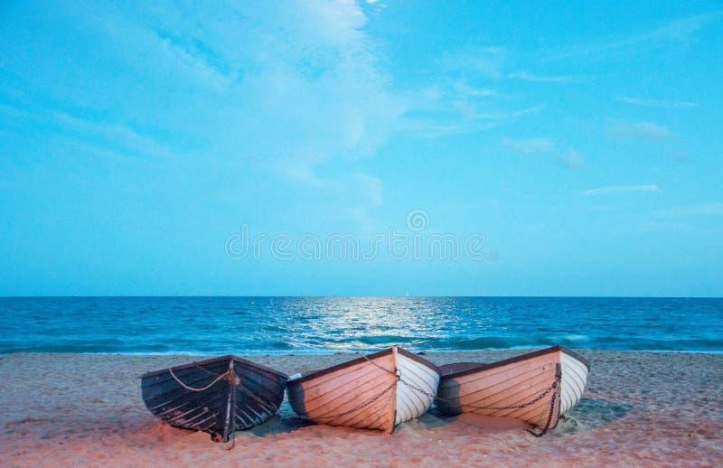 Τρία αλιευτικά σκάφη στην παραλία στοκ εικόνα με δικαίωμα ελεύθερης χρήσης