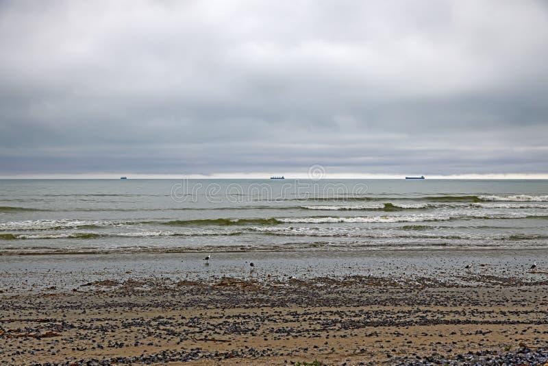 Τρία απόμακρα φορτηγά πλοία και χαμηλού επιπέδου σύννεφο στοκ εικόνες