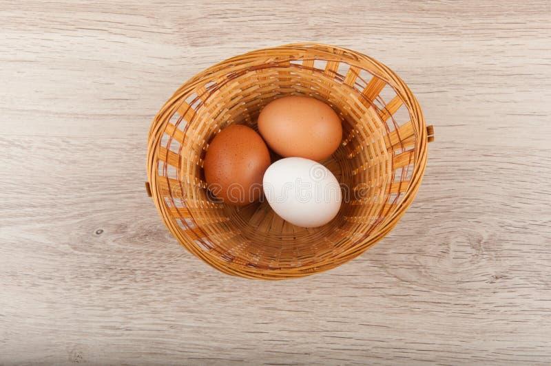 Τρία αυγά στο ψάθινο καλάθι Τοπ όψη στοκ εικόνες με δικαίωμα ελεύθερης χρήσης