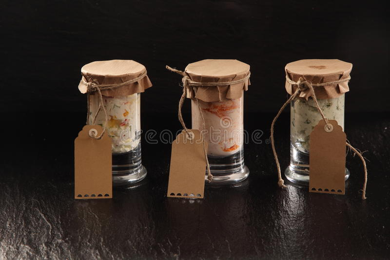 Τρία βάζα γυαλιού των σπιτικών αλμυρών εμβυθίσεων στοκ εικόνα με δικαίωμα ελεύθερης χρήσης