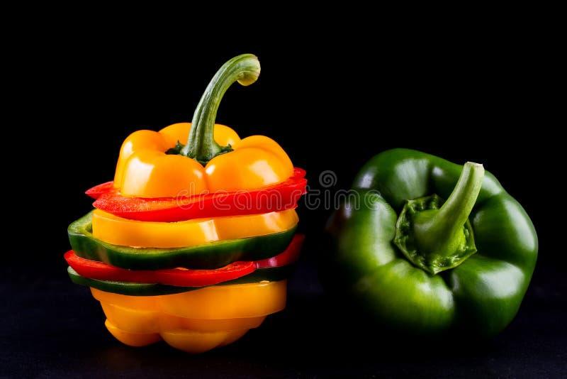 Τρία γλυκά πιπέρια σε ένα ξύλινο υπόβαθρο, μαγειρεύοντας φυτική σαλάτα στοκ φωτογραφία με δικαίωμα ελεύθερης χρήσης