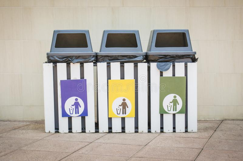 Τρία δοχεία με 3 ετικέτες χρώματος στοκ φωτογραφία με δικαίωμα ελεύθερης χρήσης