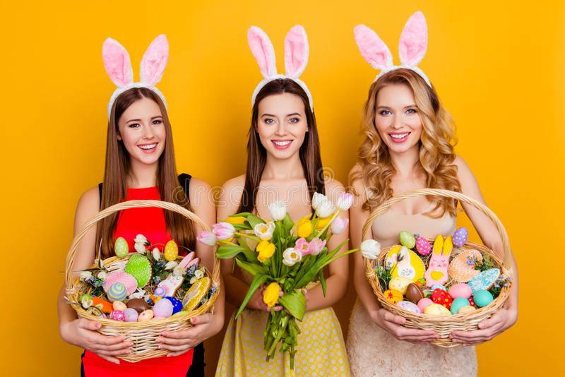 Τρία ελκυστικά, όμορφα κορίτσια που φορούν τα αυτιά λαγουδάκι που κρατούν bouque στοκ φωτογραφίες με δικαίωμα ελεύθερης χρήσης