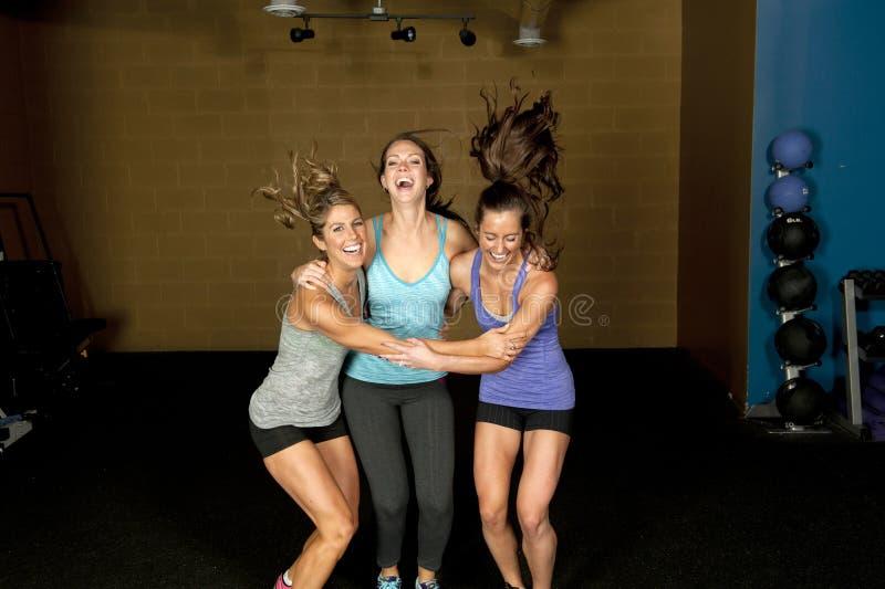 Τρία ευτυχή αθλητικά θηλυκά στοκ εικόνες