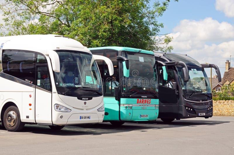 Τρία λεωφορεία τουριστών που σταθμεύουν, Bourton στο νερό στοκ φωτογραφία με δικαίωμα ελεύθερης χρήσης