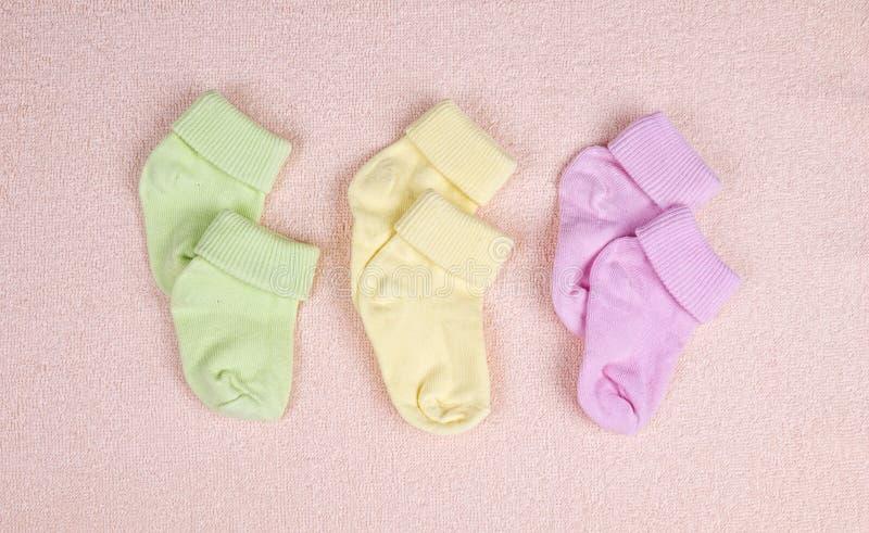 Τρία ζευγάρια των καλτσών μωρών στοκ φωτογραφία