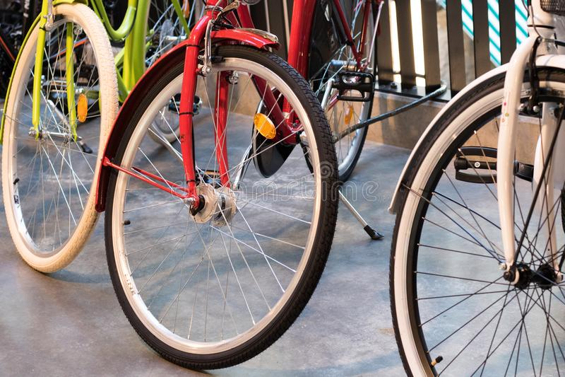 Τρία ζωηρόχρωμα ποδήλατα το ένα δίπλα στο άλλο στοκ φωτογραφίες