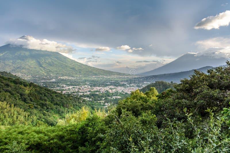 Τρία ηφαίστεια στο αργά το απόγευμα φως, Αντίγκουα, Γουατεμάλα στοκ εικόνες με δικαίωμα ελεύθερης χρήσης
