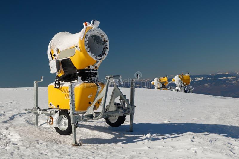 Τρία κίτρινα πυροβόλα όπλα χιονιού στοκ φωτογραφία με δικαίωμα ελεύθερης χρήσης