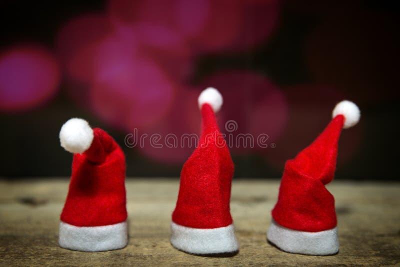 Τρία καπέλα Χριστουγέννων σε έναν πίνακα στοκ φωτογραφίες με δικαίωμα ελεύθερης χρήσης
