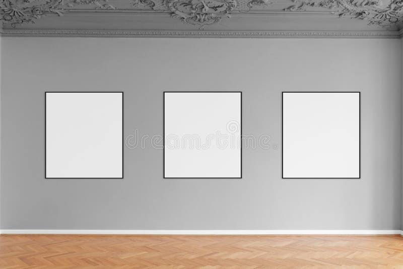 Τρία κενά πλαίσια εικόνων που κρεμούν στον γκρίζο τοίχο στη στοά στοκ φωτογραφία με δικαίωμα ελεύθερης χρήσης