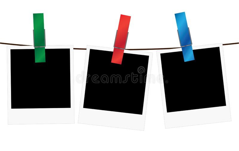 Τρία κενά πλαίσια polaroid που κρεμούν σε ένα σχοινί διανυσματική απεικόνιση