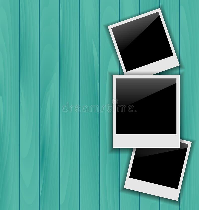 Τρία κενά πλαίσια φωτογραφιών στο ξύλινο υπόβαθρο ελεύθερη απεικόνιση δικαιώματος