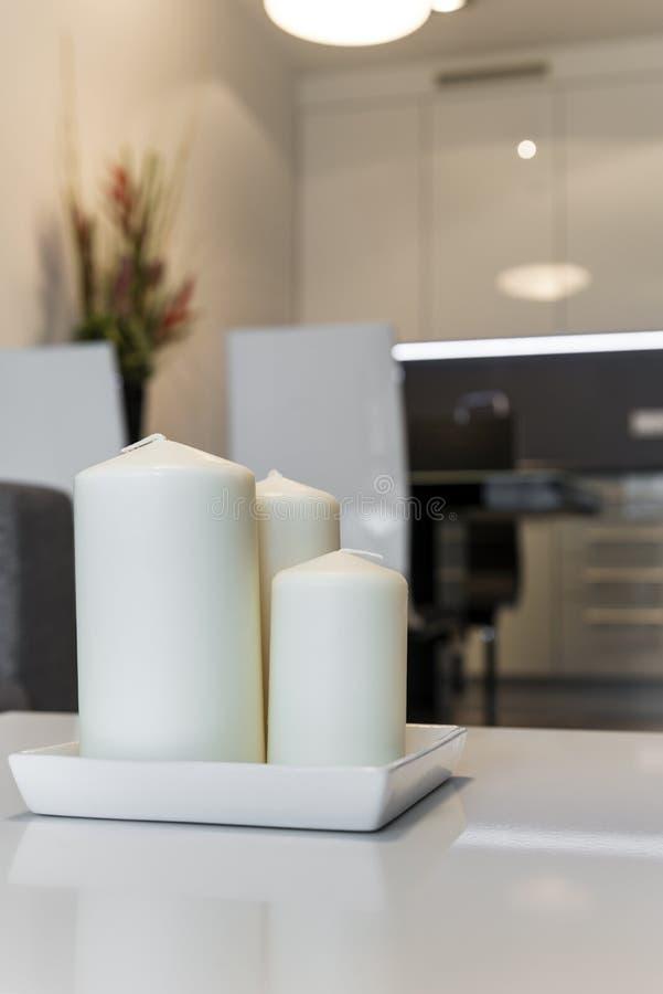 Τρία κεριά στο σύγχρονο διαμέρισμα στοκ φωτογραφία με δικαίωμα ελεύθερης χρήσης