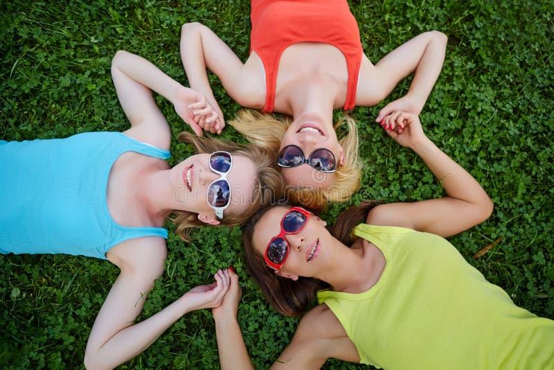 Τρία κορίτσια που έχουν τη διασκέδαση υπαίθρια στοκ εικόνα
