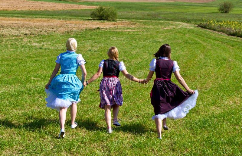 Τρία κορίτσια σε Dirndl που έχουν τη διασκέδαση στοκ εικόνες
