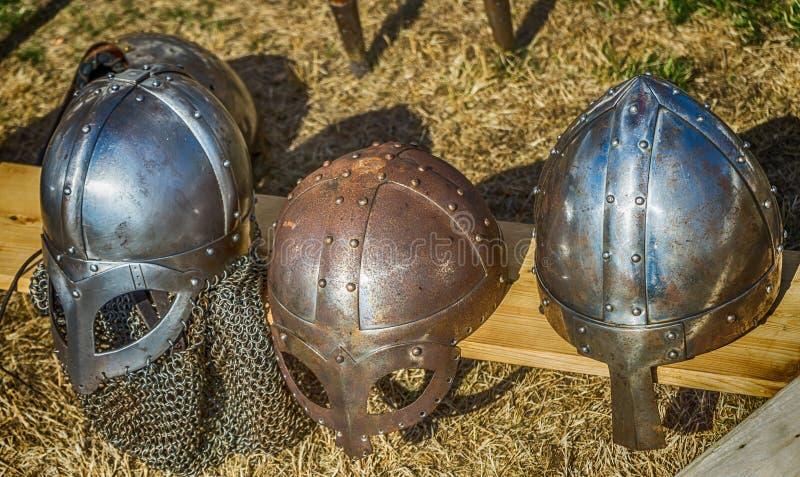 Τρία κράνη με την προστασία μύτης όπως φοριέται από τους μεσαιωνικούς ιππότες στους Μεσαίωνες στοκ εικόνα