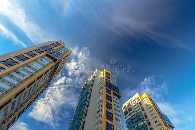 Τρία κτήρια στο μπλε ουρανό στοκ εικόνες με δικαίωμα ελεύθερης χρήσης