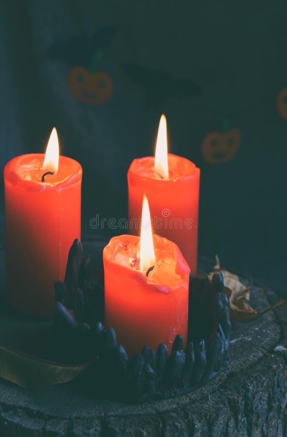 Τρία κόκκινα καίγοντας κεριά στο μαύρο κηροπήγιο Διακόσμηση για το κόμμα αποκριών Αστείες διακοπές Οκτωβρίου Διάστημα αντιγράφων  στοκ φωτογραφία με δικαίωμα ελεύθερης χρήσης
