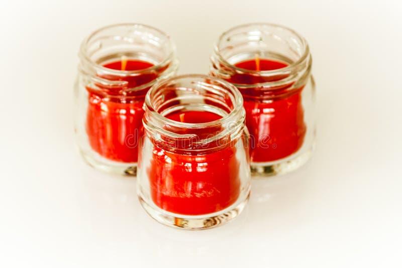 Τρία κόκκινα κεριά στα βάζα λίγου γυαλιού στοκ φωτογραφίες