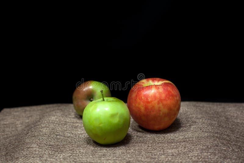 Τρία μήλα σε μια μαύρη ανασκόπηση στοκ φωτογραφία με δικαίωμα ελεύθερης χρήσης