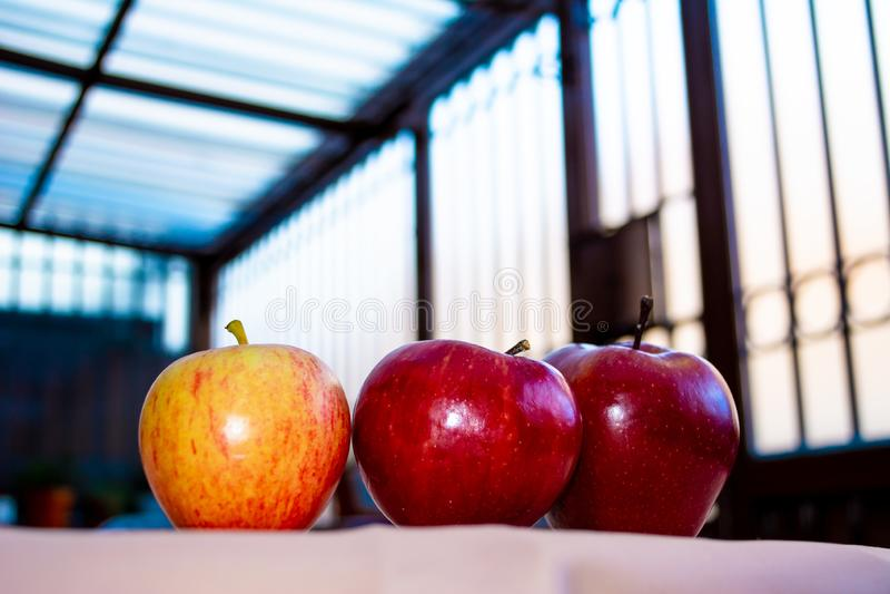 Τρία μήλα στον πίνακα στοκ φωτογραφία με δικαίωμα ελεύθερης χρήσης
