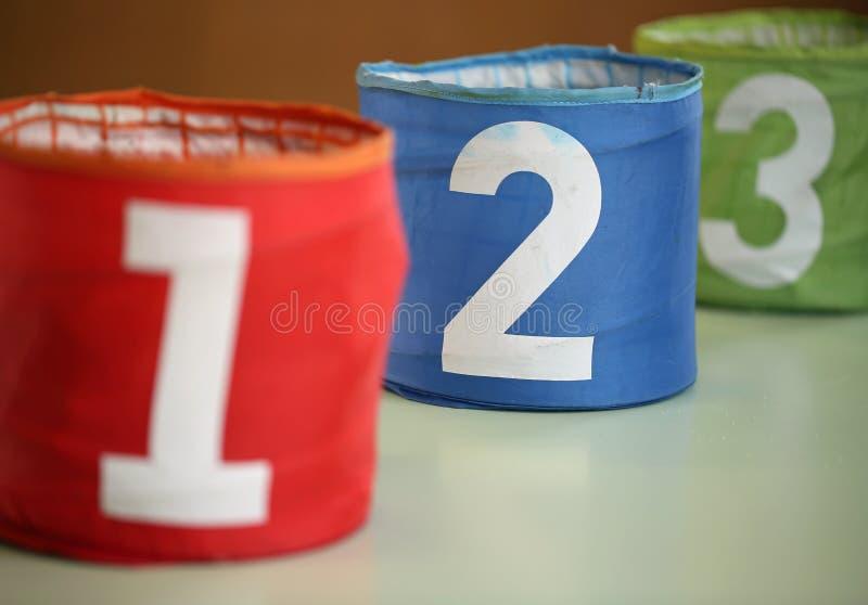 τρία μεγάλα βάζα για τα παιχνίδια με τους αριθμούς ένα δύο τρία και το num στοκ φωτογραφία