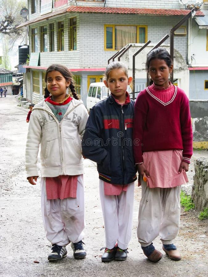 Τρία μικρά κορίτσια στέκονται στην οδό στοκ εικόνες με δικαίωμα ελεύθερης χρήσης