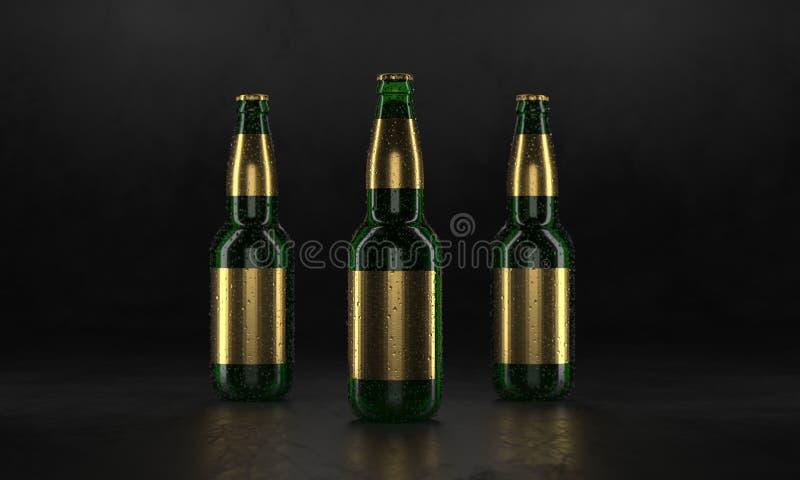 Τρία μπουκάλια μπύρας που στέκονται σε έναν αγροτικό μαύρο πίνακα Χλεύη μπύρας επάνω Τα υγρά μπουκάλια μπύρας οι ετικέτες και οι  ελεύθερη απεικόνιση δικαιώματος