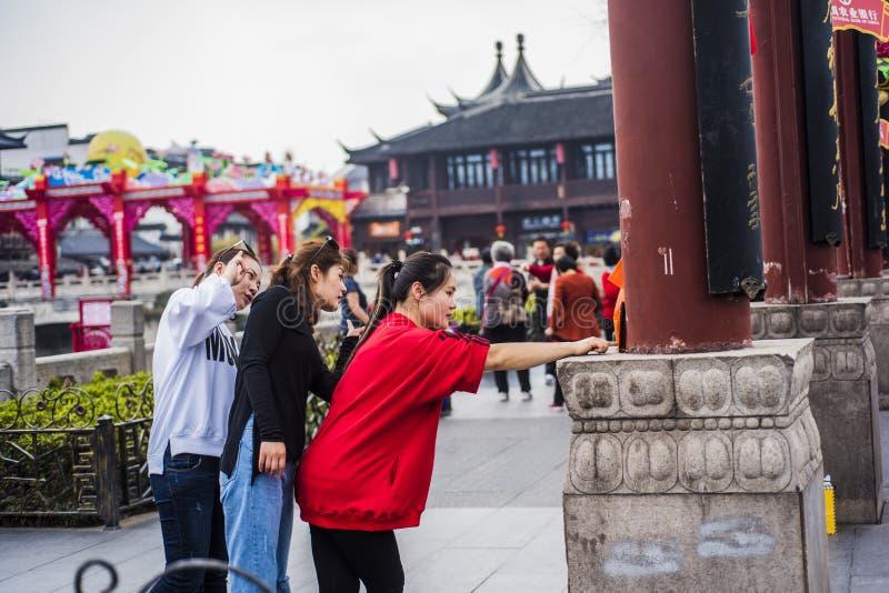 Τρία νέα κορίτσια που πήραν selfies με τα κινητά τηλέφωνά τους στο φυσικό σημείο στοκ φωτογραφία