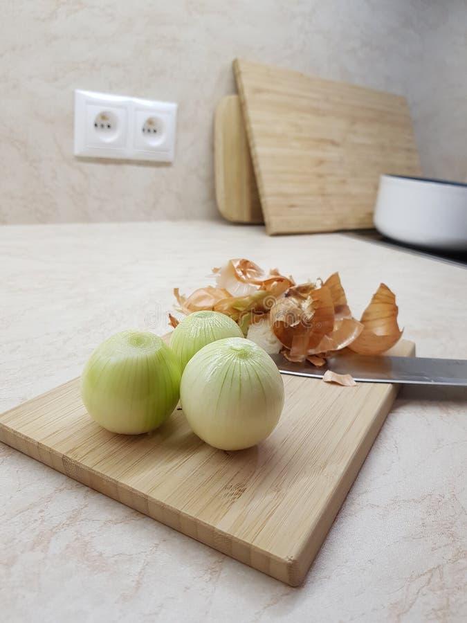 Τρία ξεφλουδισμένα κρεμμύδια στοκ εικόνες με δικαίωμα ελεύθερης χρήσης