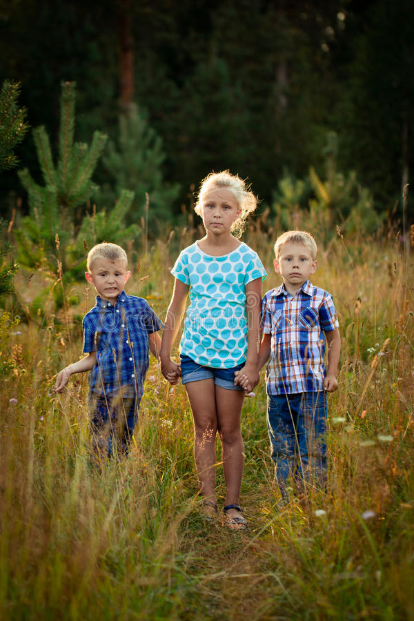 Τρία παιδιά στο λιβάδι στοκ εικόνα