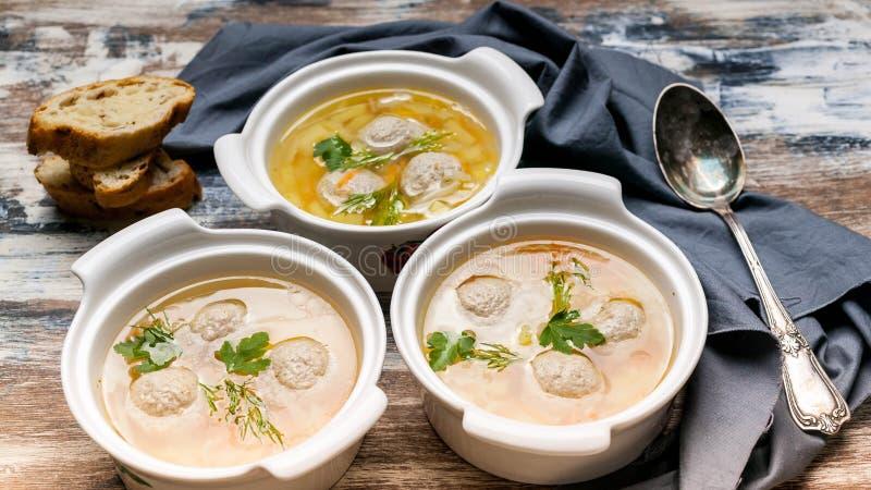 Τρία πιάτα της φυτικής σούπας με τα κεφτή Λάχανο, πατάτες, καρότα και κ στοκ φωτογραφίες