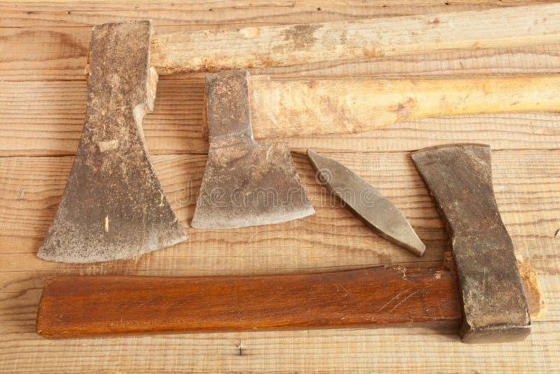 Τρία που χρονολογούνται και χρησιμοποιημένοι μπαλτάδες στο ξύλινο υπόβαθρο στοκ εικόνες