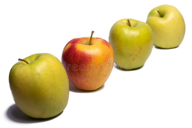 Τρία πράσινα μήλα και ένα κίτρινο μήλο στοκ φωτογραφία με δικαίωμα ελεύθερης χρήσης