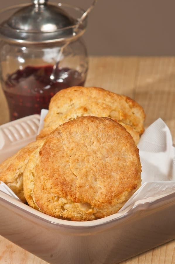 Τρία πρόσφατα ψημένα μπισκότα βουτυρογάλατος σε ένα πιάτο ψησίματος στοκ εικόνες με δικαίωμα ελεύθερης χρήσης