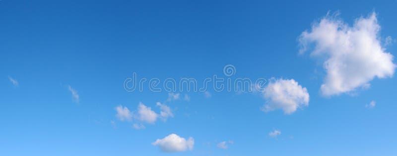 Τρία σύννεφα στο μπλε ουρανό στοκ εικόνες με δικαίωμα ελεύθερης χρήσης