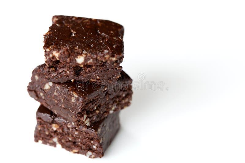 Τρία τετράγωνα φοντάν σοκολάτας που συσσωρεύονται στο άσπρο υπόβαθρο στοκ εικόνα με δικαίωμα ελεύθερης χρήσης