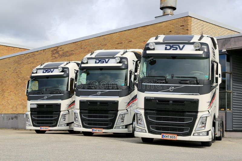 Τρία τρακτέρ φορτηγών DSV VOLVO FH στοκ εικόνες