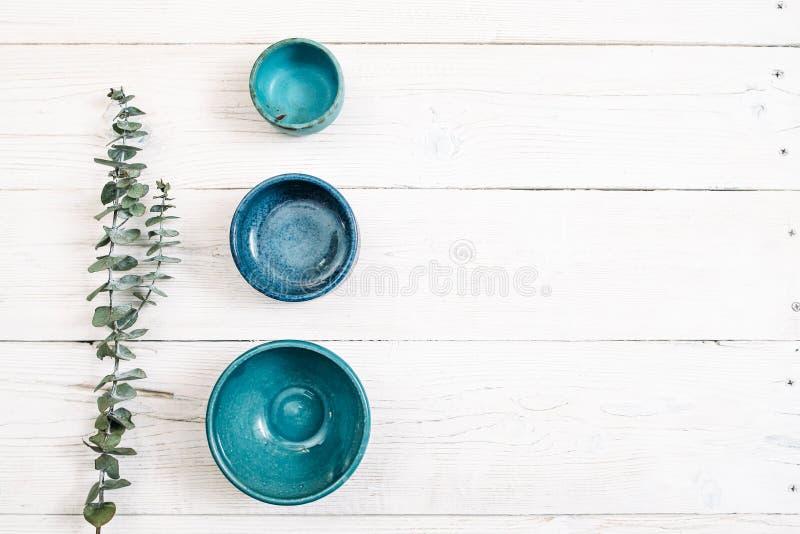 Τρία τυρκουάζ κενά κεραμικά πιάτα Επίπεδος βάλτε στοκ εικόνα