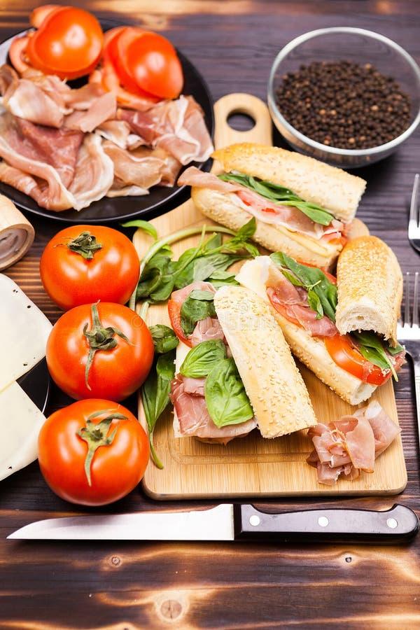 Τρία υγιή και εύγευστα σάντουιτς στον ξύλινο πίνακα στοκ φωτογραφίες με δικαίωμα ελεύθερης χρήσης