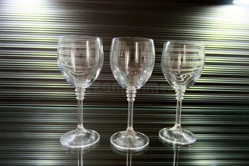 Τρία υψηλά διαφανή γυαλιά σε ένα όμορφο καφετί υπόβαθρο στοκ φωτογραφίες με δικαίωμα ελεύθερης χρήσης