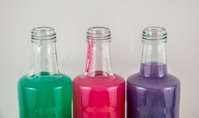 Τρία χρώματα στις φιάλες, μπλε, κόκκινο, πράσινο στοκ εικόνα με δικαίωμα ελεύθερης χρήσης
