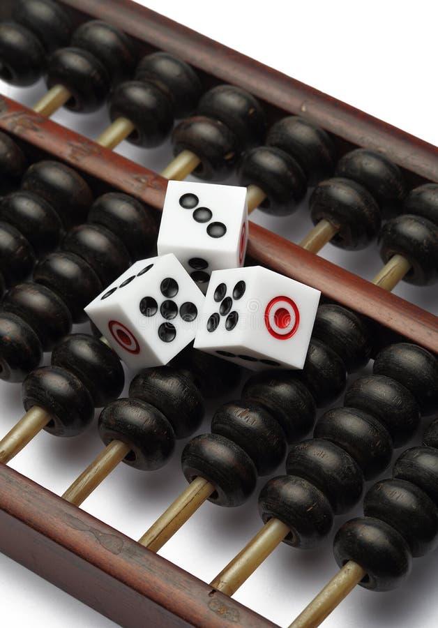 Τρία χωρίζουν σε τετράγωνα στον άβακα είναι συμβολικά του παιχνιδιού στοκ φωτογραφία