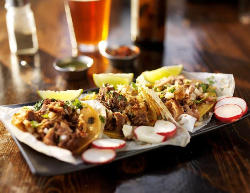τρία tacos με την μπύρα στοκ φωτογραφίες με δικαίωμα ελεύθερης χρήσης