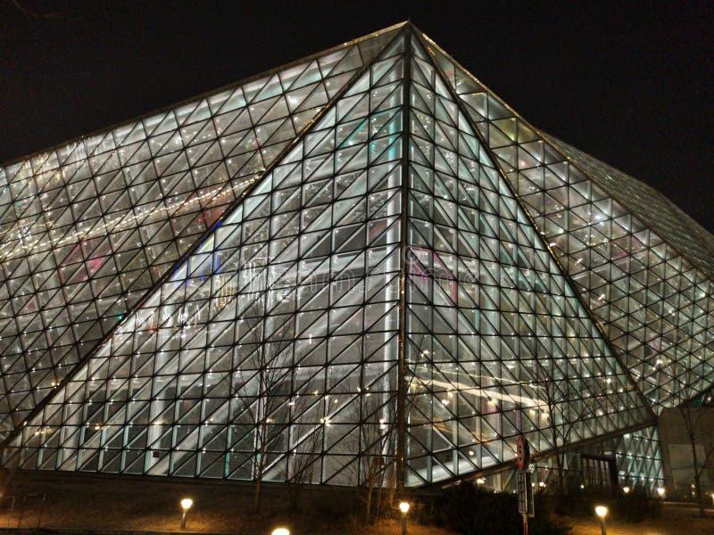 Τρίγωνα και γραμμές, σύγχρονο κτήριο γυαλιού αρχιτεκτονικής που φωτίζεται τη νύχτα στοκ φωτογραφία