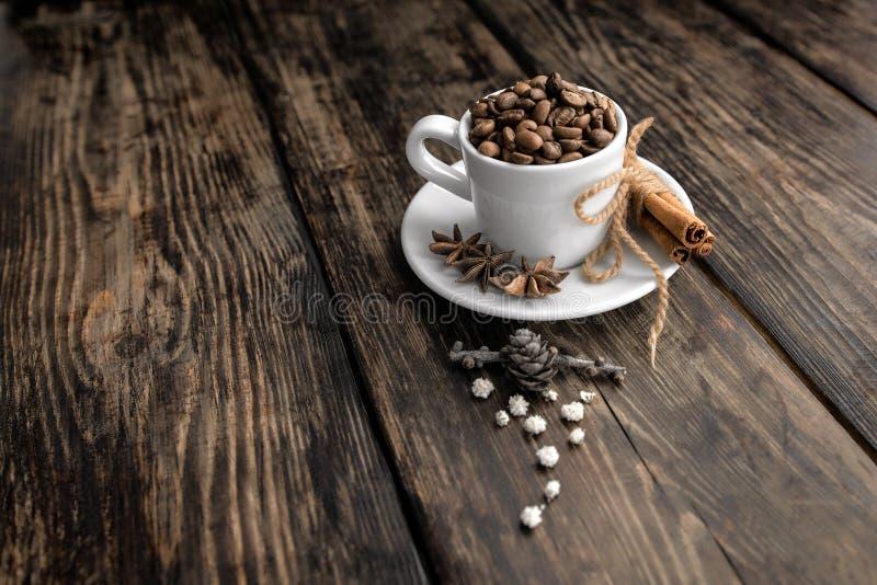 Τρίο καφέ - φασόλια καφέ, κανέλα και γλυκάνισο αστεριών στοκ εικόνα με δικαίωμα ελεύθερης χρήσης