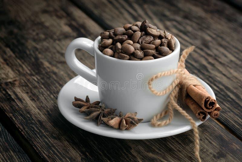 Τρίο καφέ - φασόλια καφέ, κανέλα και γλυκάνισο αστεριών στοκ εικόνες