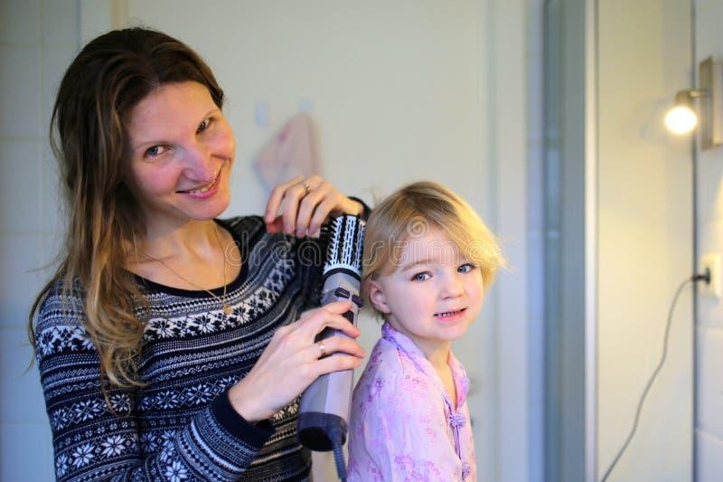 Τρίχα βουρτσίσματος μητέρων και κορών από κοινού στοκ φωτογραφία με δικαίωμα ελεύθερης χρήσης